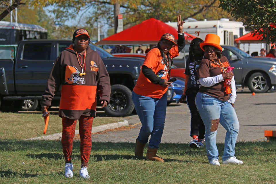 Browns fans party in Muni Lot before Seahawks game (tailgate photos)