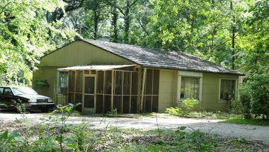 The John D. and Katherine Gleissner Lustron House on Cahaba Road in Birmingham. (Contributed by Wikipedia Commons/Brian Chatham)