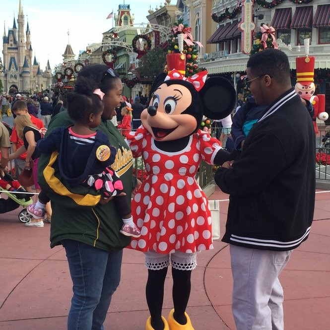 Korliss introduces her daughter to Minnie Mouse for the first time. (Photo by Korliss Datcher)