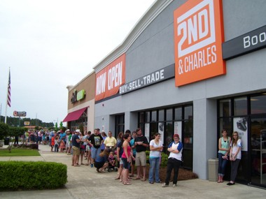 Customers wait outside 2nd & Charles' Dothan store during its grand opening in 2014. (Business Wire)