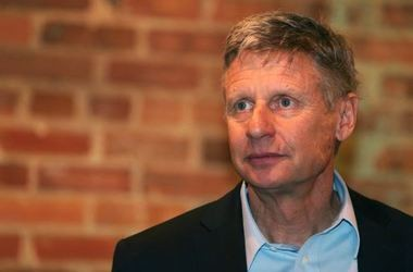 Libertarian presidential candidate Gary Johnson visited with supporters at The Bull restaurant in downtown Mobile on Monday.