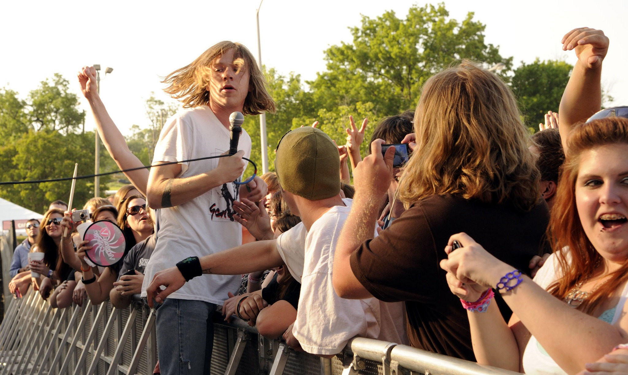 How They Sounded Cage The Elephant Lead Singer Surfs The