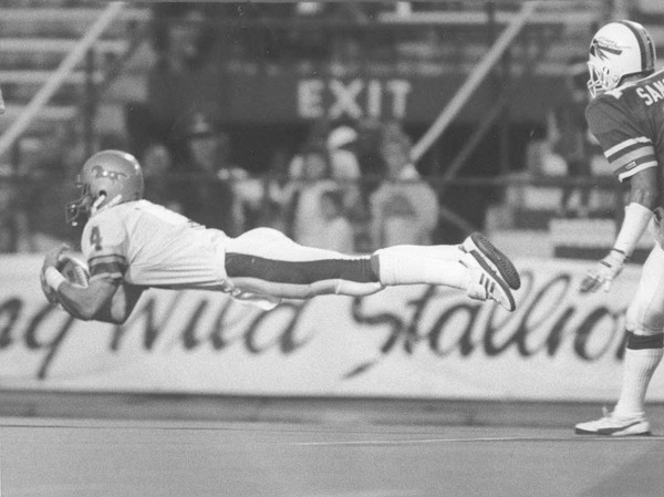 Joey Jones makes a diving catch for the Birmingham Stallions in 1985. (Birmingham News file photo by Tom Self)