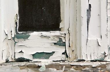 Status quo ante: Peeling paint on Alta House windows, summer of 2015.