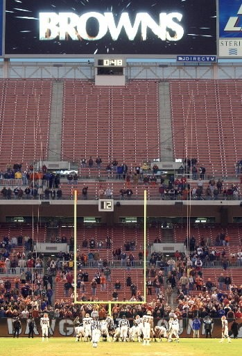 With just a handful of fans still lingering, the Jaguars and Browns prepare to play the final 48 seconds.