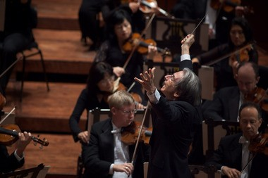 The San Francisco Symphony and music director Michael Tilson Thomas appeared at Severance Hall Saturday with a notably diverse program of Mozart, Ravel, Liszt and Samuel Adams.