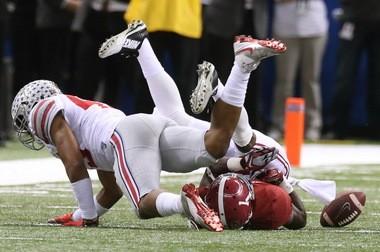 Ohio State linebacker Darron Lee makes a stop on Thursday night against Alabama.