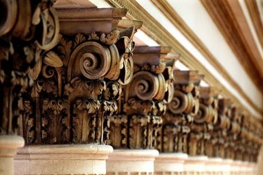 Ornate columns line the bank lobby at the 925 Building. Home to a series of notable banks over the years, the property now houses just a handful of tenants, including a few law firms and the rare lower-level retailer.