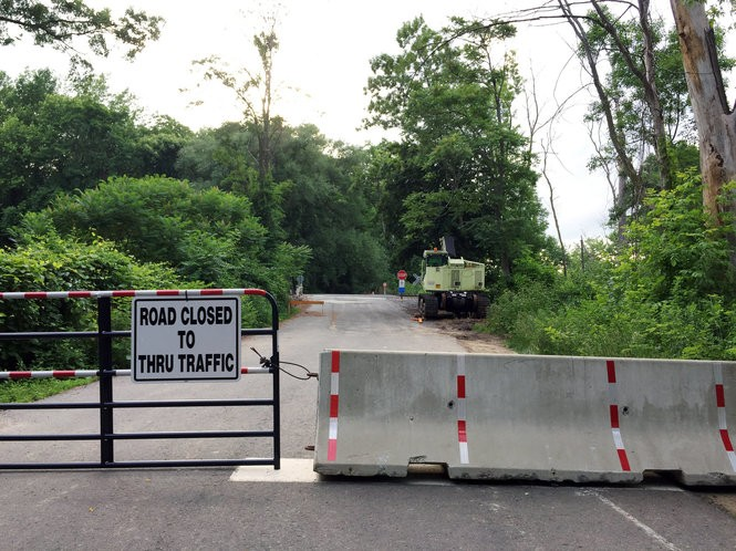 New temporary barriers up at Longmeadow railroad crossing