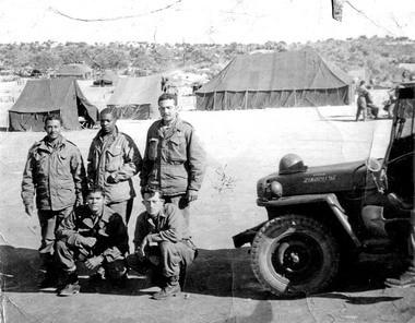 Arcadio Torres de Holyoke (a la izquierda) se encuentra con otros miembros del Regimiento 65 de Infantería Los Borinqueneers. Torres sirvió en la guerra coreana entre 1950 y 1952.