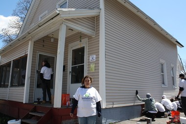 Revitalize CDC celebro su tercer ano de reconstruccion en el barrio donde mas de mil doscientos voluntarios participaron ayudando a los propietarios de 28 viviendas en la calle King en Springfield. En la foto al frente Luz Colon, duena de casa en la King Street.