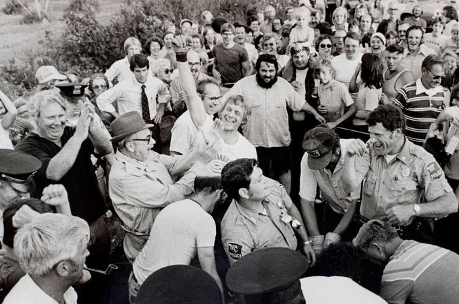 Hundreds of spectators converged on the spot where Sid was captured.