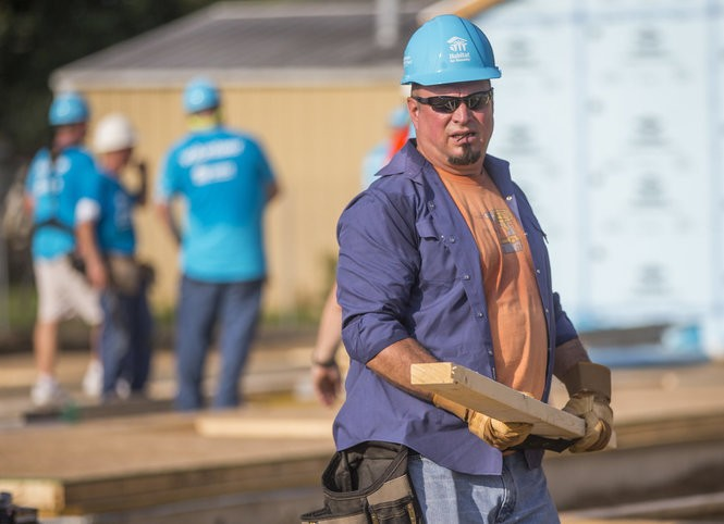 Country music star Garth Brooks works with other volunteers on site during the first day of the weeklong Jimmy & Rosalynn Carter Work Project on Monday, Aug. 27, 2018, in Mishawaka, Ind. (Robert Franklin/South Bend Tribune via AP) AP