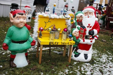 Christmas Blow Molds >> Hundreds Of Festive Blow Molds Fill Freeland Teen S Holiday Display