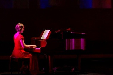 Chelsea Storms performs a piece on the piano.