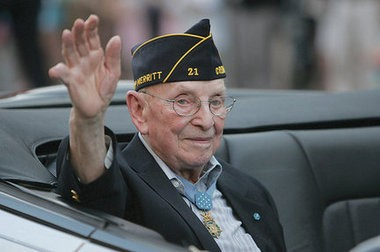 Nicholas Oresko waves during the Hoboken Memorial Day Parade in 2010. The nation's oldest Medal of Honor recipient died Friday at Englewood Hospital.