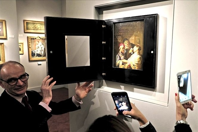 """Gallery owner Bertrand Gautier shows the Rembrandt titled """"The Unconscious Patient (Sense of Smell)"""" dated at around 1624-25, in Maastricht, southern Netherlands, Thursday, March 10, 2016. (AP Photo/Mike Corder)"""