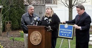 Maureen and Richard Kanka at a 2008 press conference.