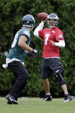 Philadelphia Eagles quarterback Sam Bradford (7) throws a pass to tight end Zach Ertz during organized team activities at the team's NFL football training facility. (AP Photo/Matt Rourke)