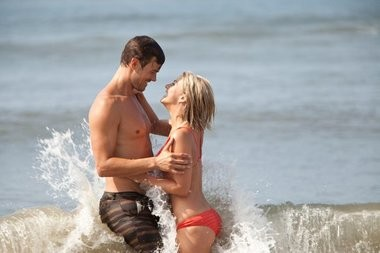 Josh Duhamel and Julianne Hough canoodle in 'Safe Haven'