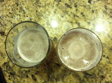 The IPA glass on the right shows a thicker head in the center of the glass, as compared to a thin head in the standard pint glass on the left.