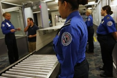 The union representing 47,000 airport screeners at Newark Liberty International and elsewhere around the country opposes a new TSA policy allowing small knives on airliners.