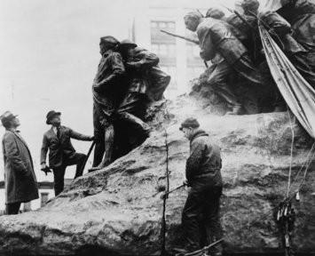 Gutzon Borglum inspecting his sculpture: 1926