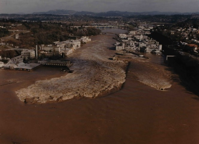The Willamette Falls in Oregon City all but disappeared in the February 1996 flood, severely damaging the navigation locks.