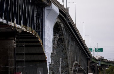 Oregon hired a company to paint the Ross Island Bridge without