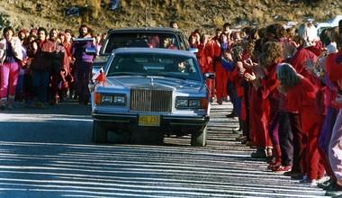 Followers welcome the Bhagwan Shree Rajneesh's motorcade during a daily driveby.