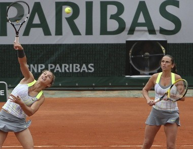 Sara Errani and Roberta Vinci struggle to stay alive in the French Open final.