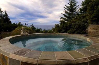 The open-air slate spa at WildSpring Guest Habitat overlooks the ocean and is one of Oregon's best hot tub experiences. WILDSPRING GUEST HABITAT