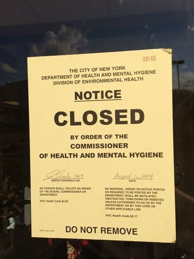 A sign posted by the Health Department notifies the public that the combination KFC/Taco Bell on Victory Blvd. in Tompkinsville has been closed due to sanitary violations. (Staten Island Advance/Ryan Lavis)