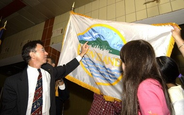 Former Assemblyman Robert Straniere shows off the unofficial Staten Island flag to students at PS 54 in 2001.