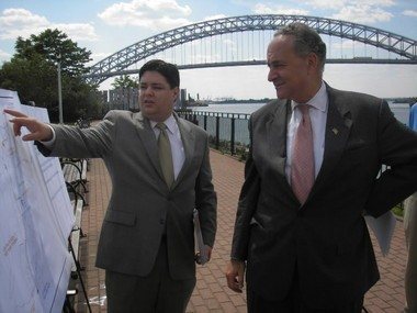 The idea of a light rail is a long time coming. In this 2006 photo, Vin Lenza, of the Staten Island Economic Development Corporation, outlines plans for a light rail line to Sen. Charles Schumer. The Bayonne Bridge is in the background. (Photo courtesy of Mike Cassidy)