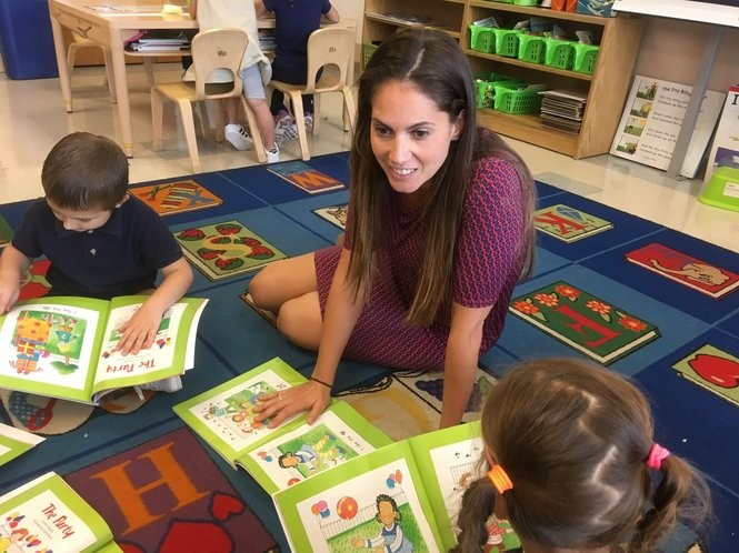 Jeanne Oliveri leads a reading lesson in her kindergarten classroom at PS 52. (Staten Island Advance/Claire Regan)