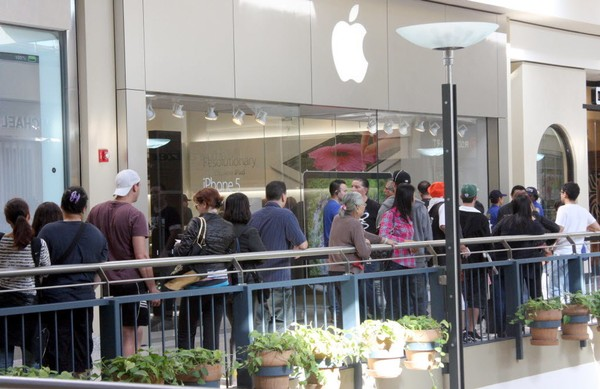 A Brooklyn teen has admitted to stealing six iPhones from the Apple store at the Staten Island Mall, seen in this 2012 file photo. (Staten Island Advance)