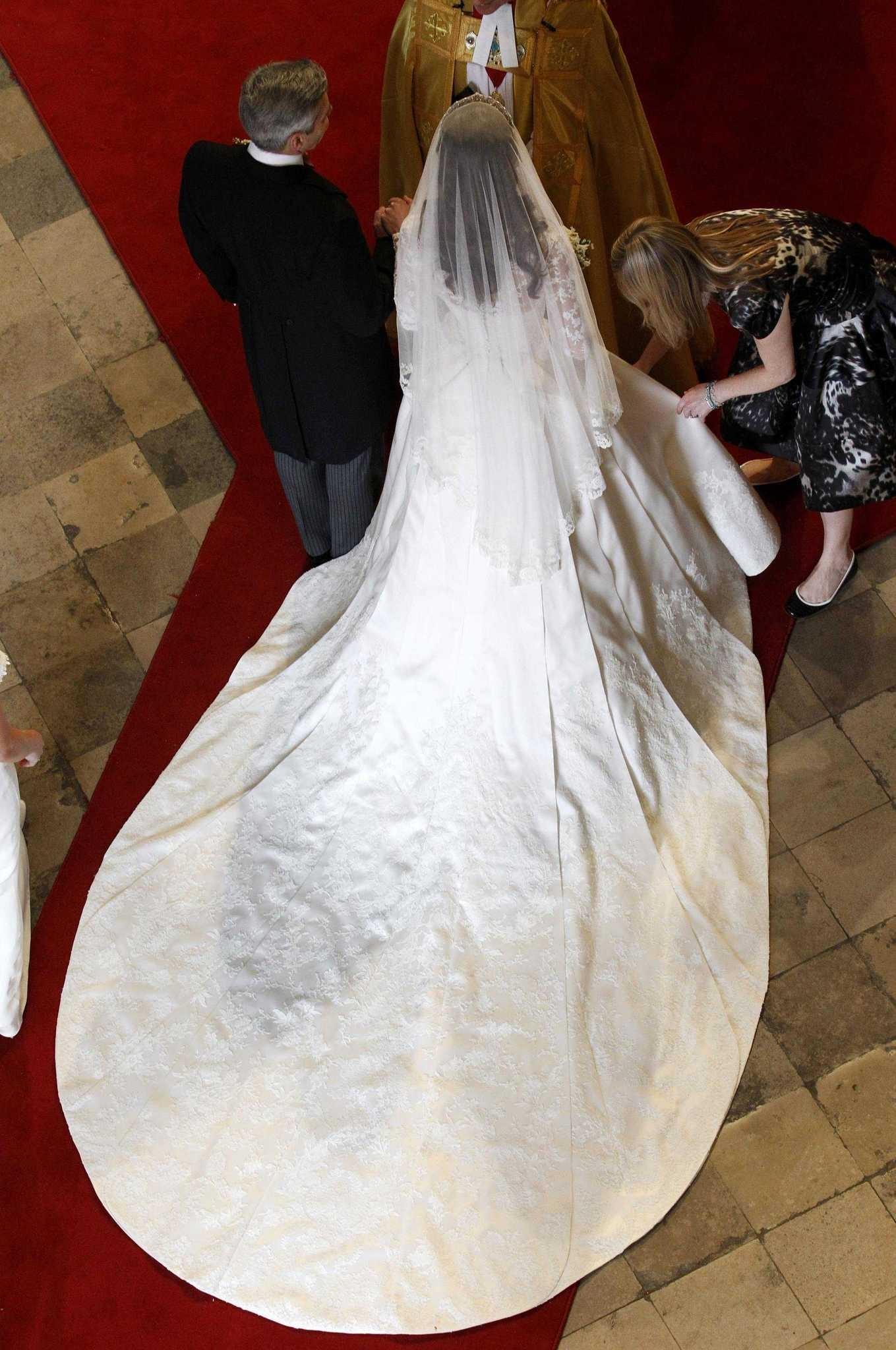 kate middleton s wedding dress by sarah burton for alexander mcqueen syracuse com wedding dress by sarah burton
