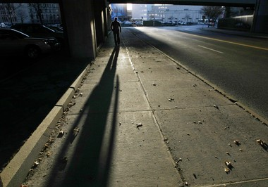 Grim surroundings for a pedestrian at an Interstate 81 overpass, in downtown Syracuse: New Urbanists seek to maximize conditions for travelers by foot.
